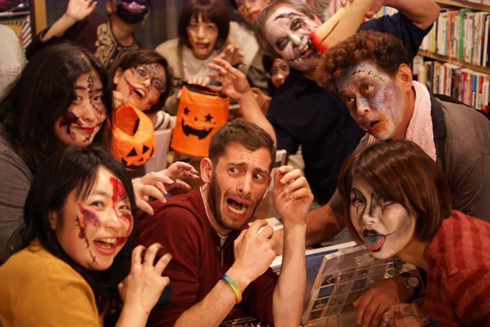 横川エリア一帯を会場に開く「ゾンビ祭り」