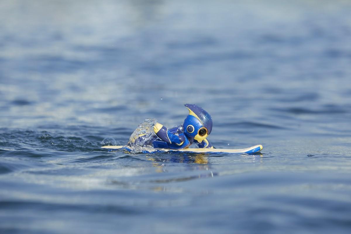 広島・宮島で遠泳に挑戦する乾電池ロボット「エボルタNEO」
