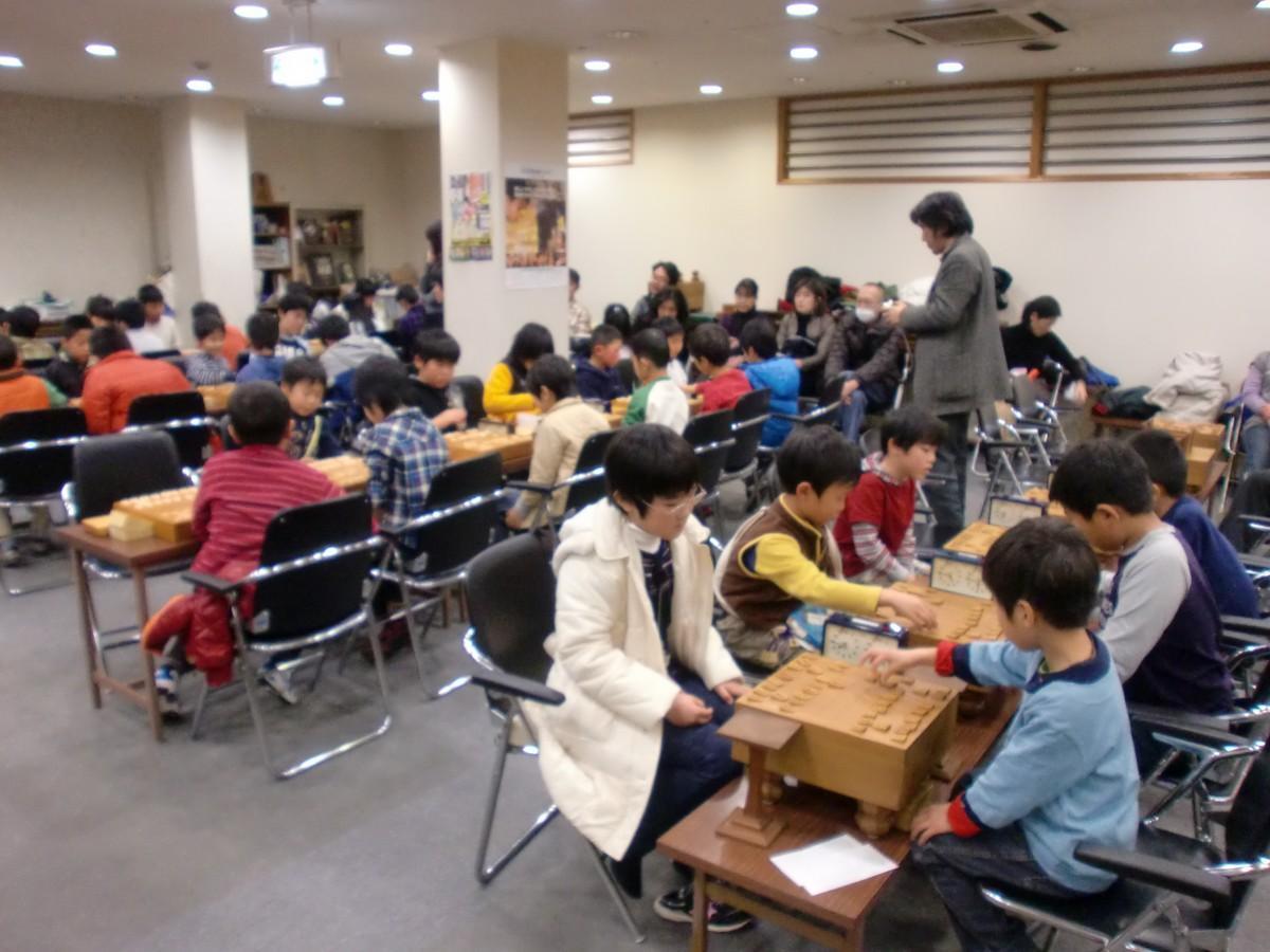 写真は「こども将棋まつり」に協力する広島将棋センターで将棋を指す子どもたち