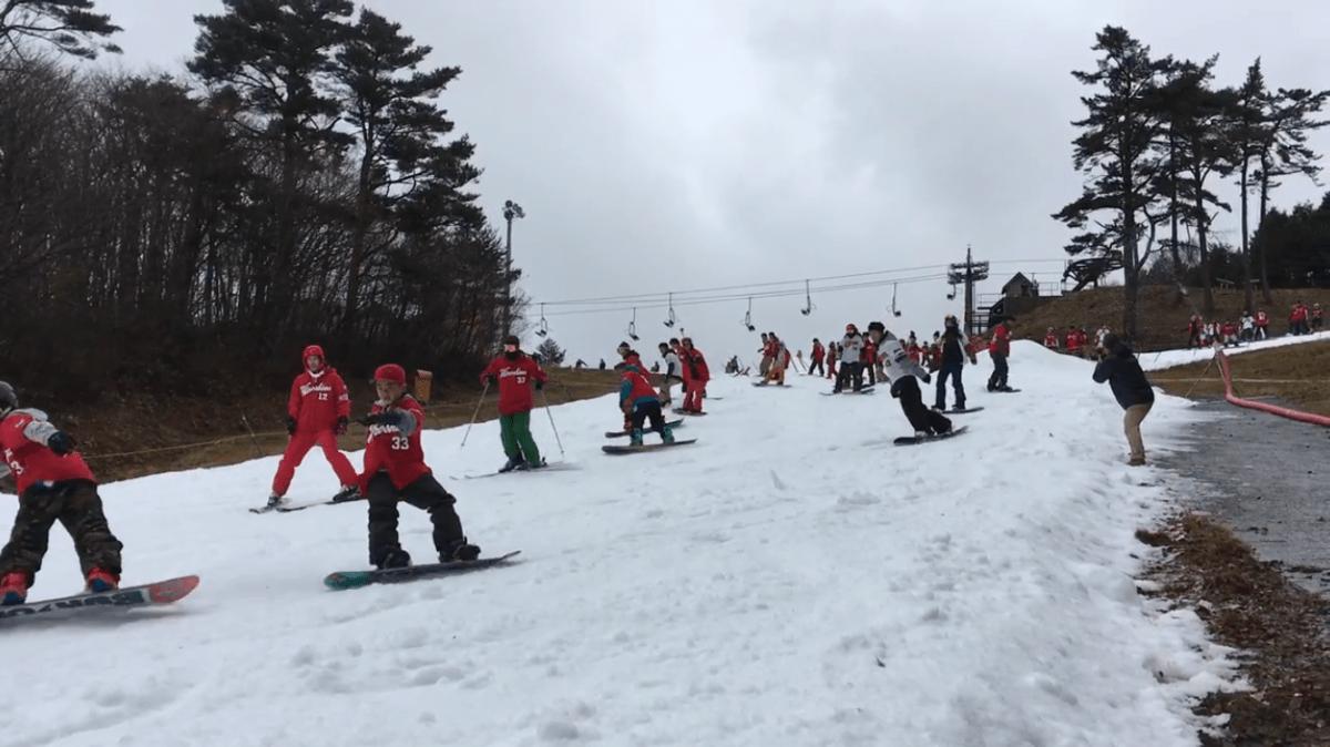 カープのユニホームを着た参加者150人がゲレンデを一斉に滑走するイベント