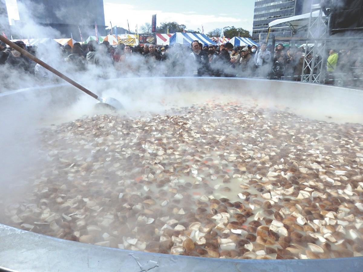 直径3メートルの巨大鍋で作る「巨大カキ鍋」は1杯200円で販売する