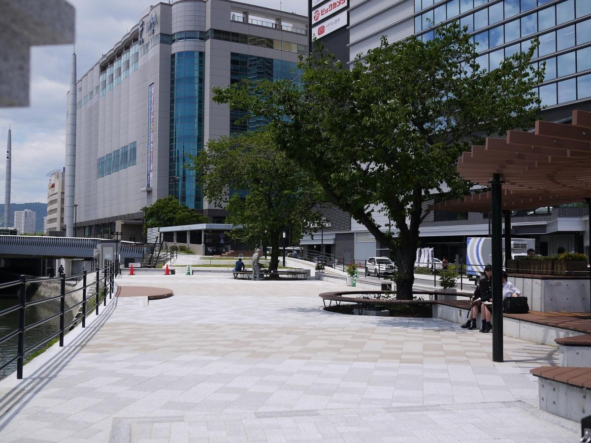 JR広島駅前にある複合施設「BIG FRONTひろしま」前の河岸緑地(猿猴橋北詰)