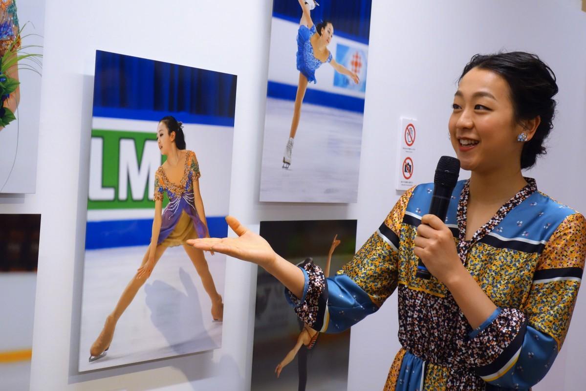 世界ジュニア選手権で同郷の伊藤みどりさんのお下がりの衣装を着て演技し、金メダルを獲得した写真を前に当時のエピソードを話す浅田さん