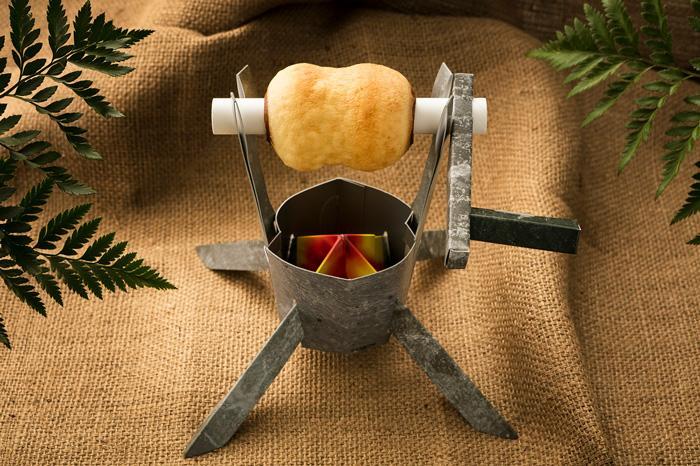 「肉焼きセット」を再現したペーパークラフト付きバウムクーヘン「こんがり肉バウム」