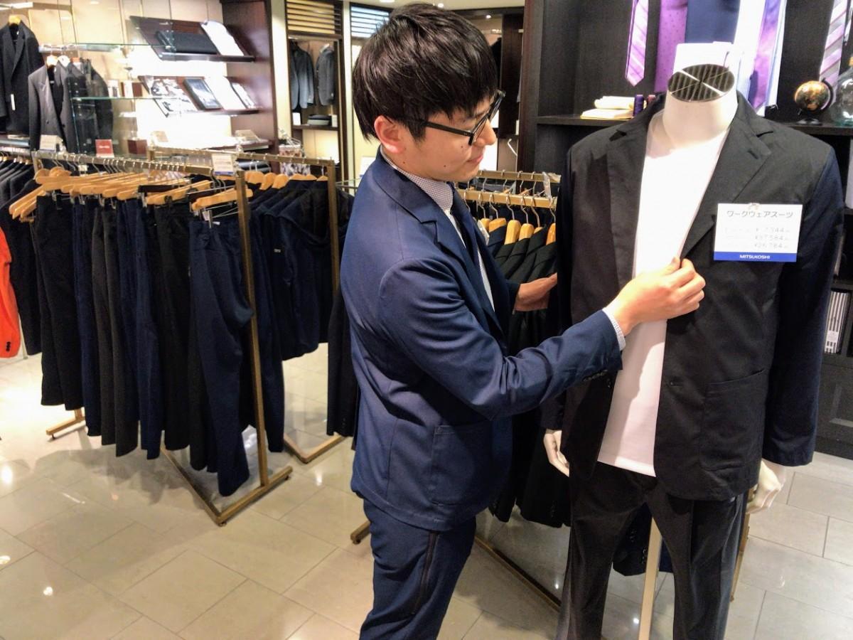 売り場ではスーツに見える作業着「ワークウエアスーツ」を着用するスタッフも
