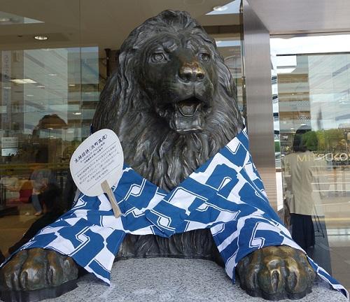 「とうかさん」に合わせて、江戸の粋な柄に茶の帯を締める雄のライオン像
