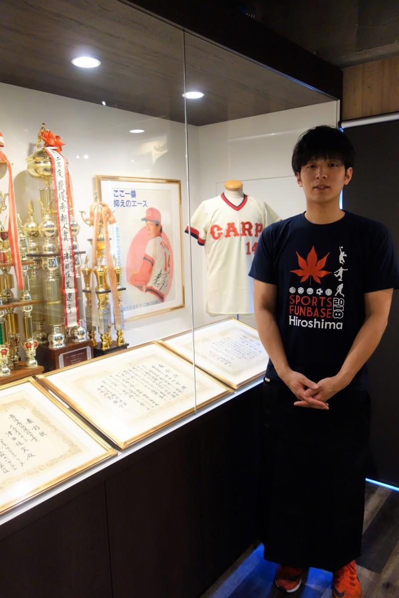 記念館でスタッフとして働く、故・津田恒美さんの息子の大毅さん