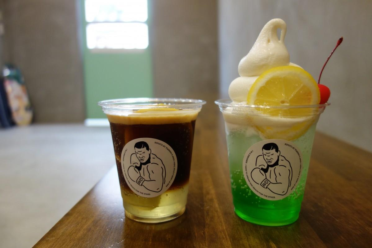 アイスのみで提供する「エスプレッソロマーノ」(550円)と店舗限定メニューのライムフロート(700円、写真右)。ドリンクカップにデザインされたロゴはマイクタイソンがモチーフ