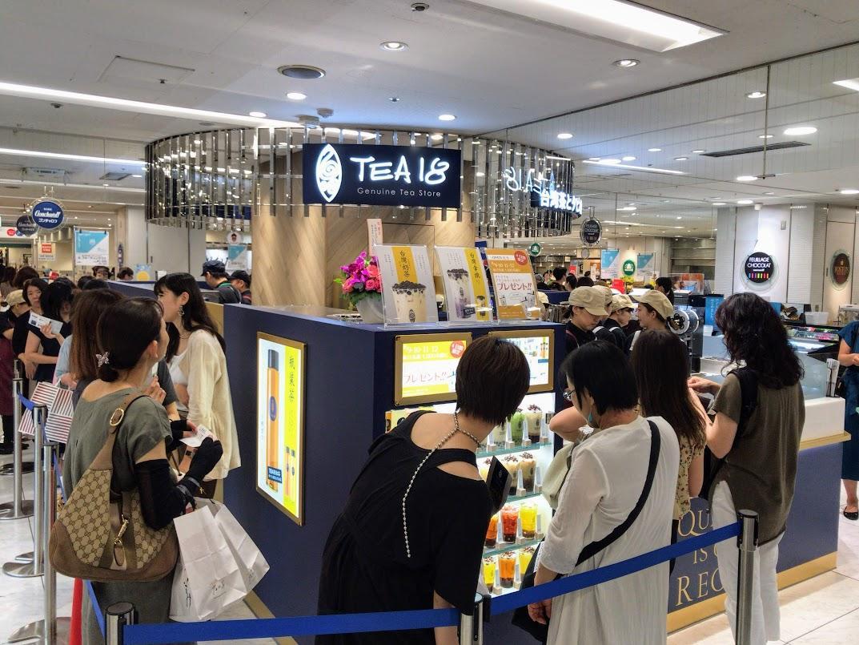 オープン初日は、開店から常時50人ほどが売り場を囲うように列を作った