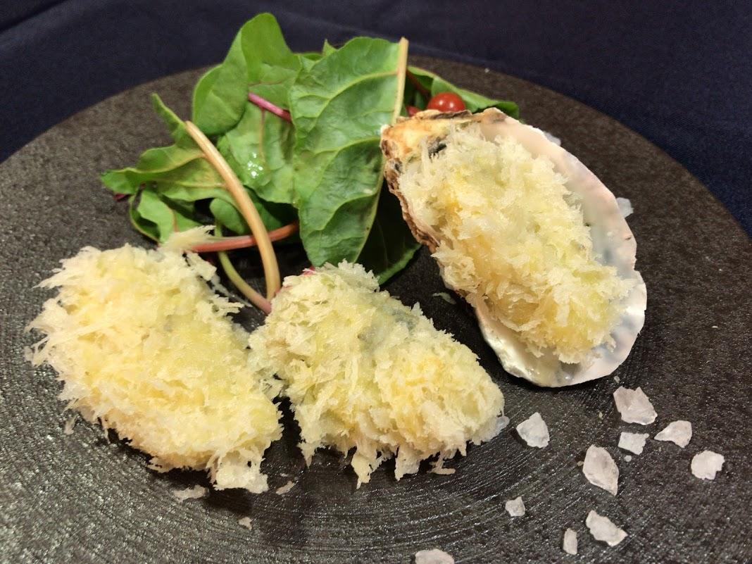 カキに焦点を当てた観光プロモーション「牡蠣食う研(かきくうけん)」で開発した「白いカキフライ」