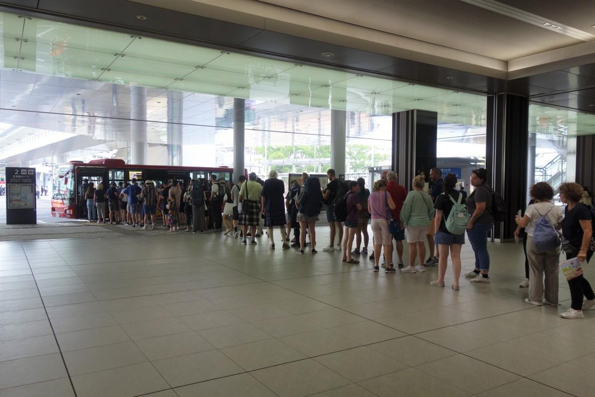 広島駅新幹線口のバス停では、東京発の新幹線が到着する11時~12時頃に利用者のピークを迎えるという