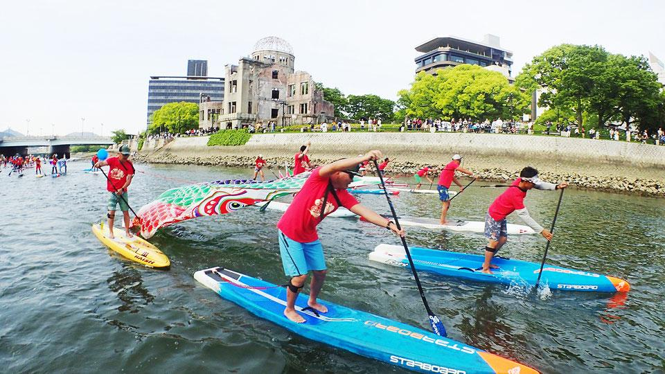 「2019ひろしまフラワーフェスティバル」2日目の5月4日に、「川のパレード」として、中央公園西側の本川でSUP体験会やレースを開いた