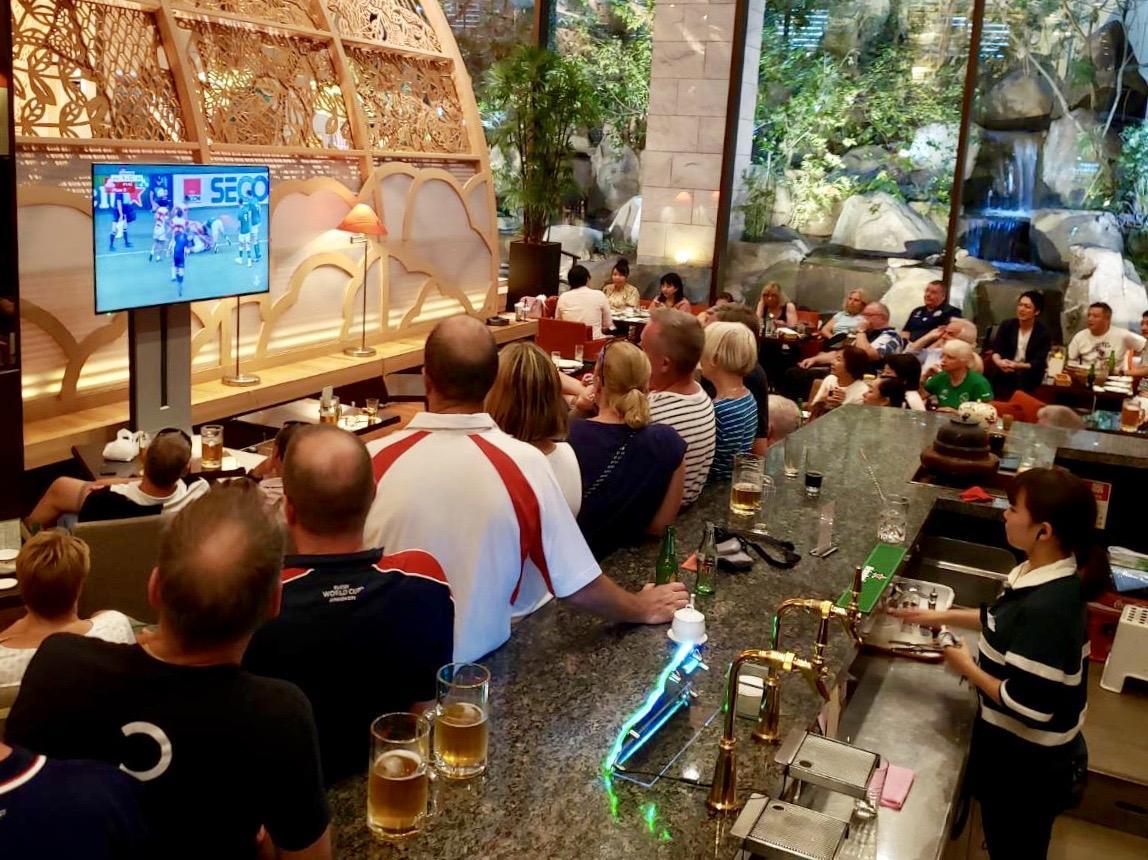 「ラグビーBAR」の様子。1リットルのメガジョッキビールも1,500円で提供する