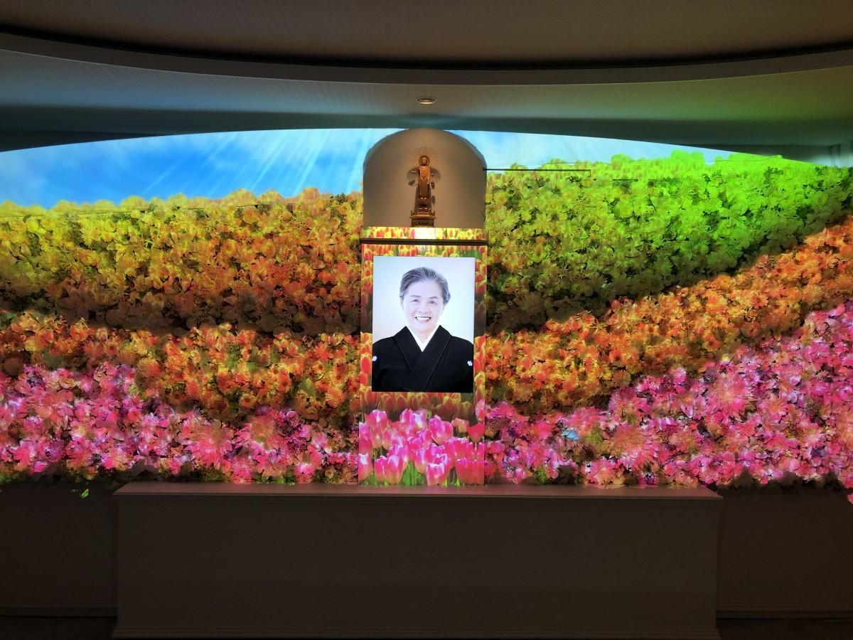 「セレモニーホール大田会館」で提供を始めるプロジェクションマッピング祭壇での宗教葬イメージ