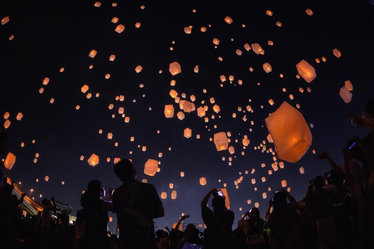 アジア地域を中心に見られる熱気球の一種「スカイランタン」を呉ポートピアパークで飛ばす。写真はイメージ