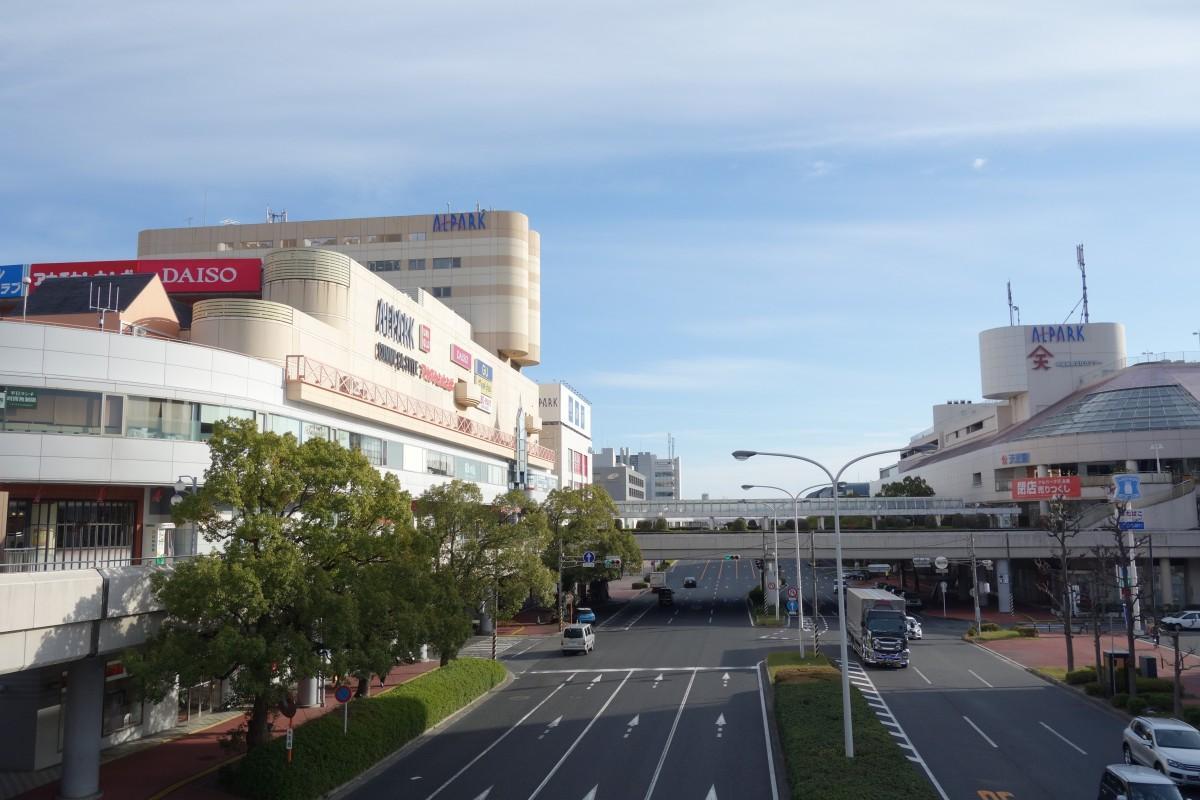 アルパーク東棟と西棟(写真右)。当初は東棟の売却のみ伝えられたが後日、西棟の売却も明らかになった。