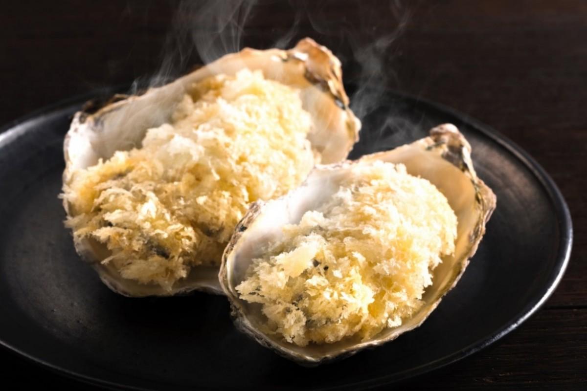 生食用の広島県産カキに糖質が低く剣立ちのよい特製パン粉をまぶし、ラードを使って低温でじっくり揚げた「白いカキフライ」