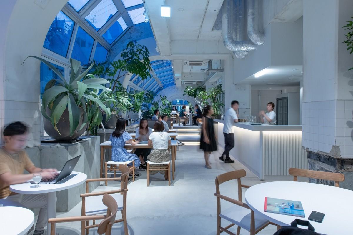 旧林病院などが入る複合ビルをリノベーションしたホテル「KIRO広島」3階のバーラウンジが会場