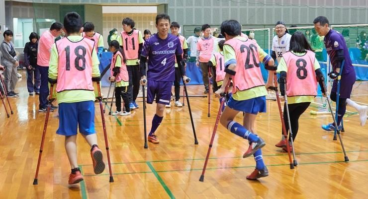 障がい者サッカー体験の様子。アンプティサッカー(切断障がい)、ブラインドサッカー(視覚障がい)、電動車いすサッカーをそれぞれ体験できる