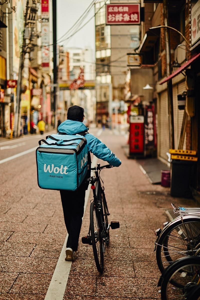 広島市の一部地域でサービスを開始するフードデリバリーサービス「Wolt(ウォルト)」。写真は広島での配達イメージ