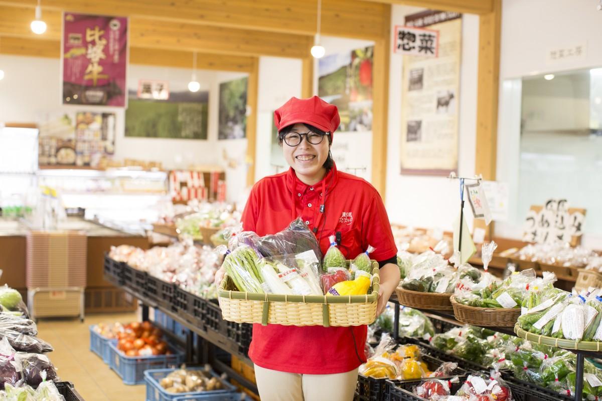 「道の駅たかの」直売所で販売する旬の野菜をスタッフが厳選して配送する