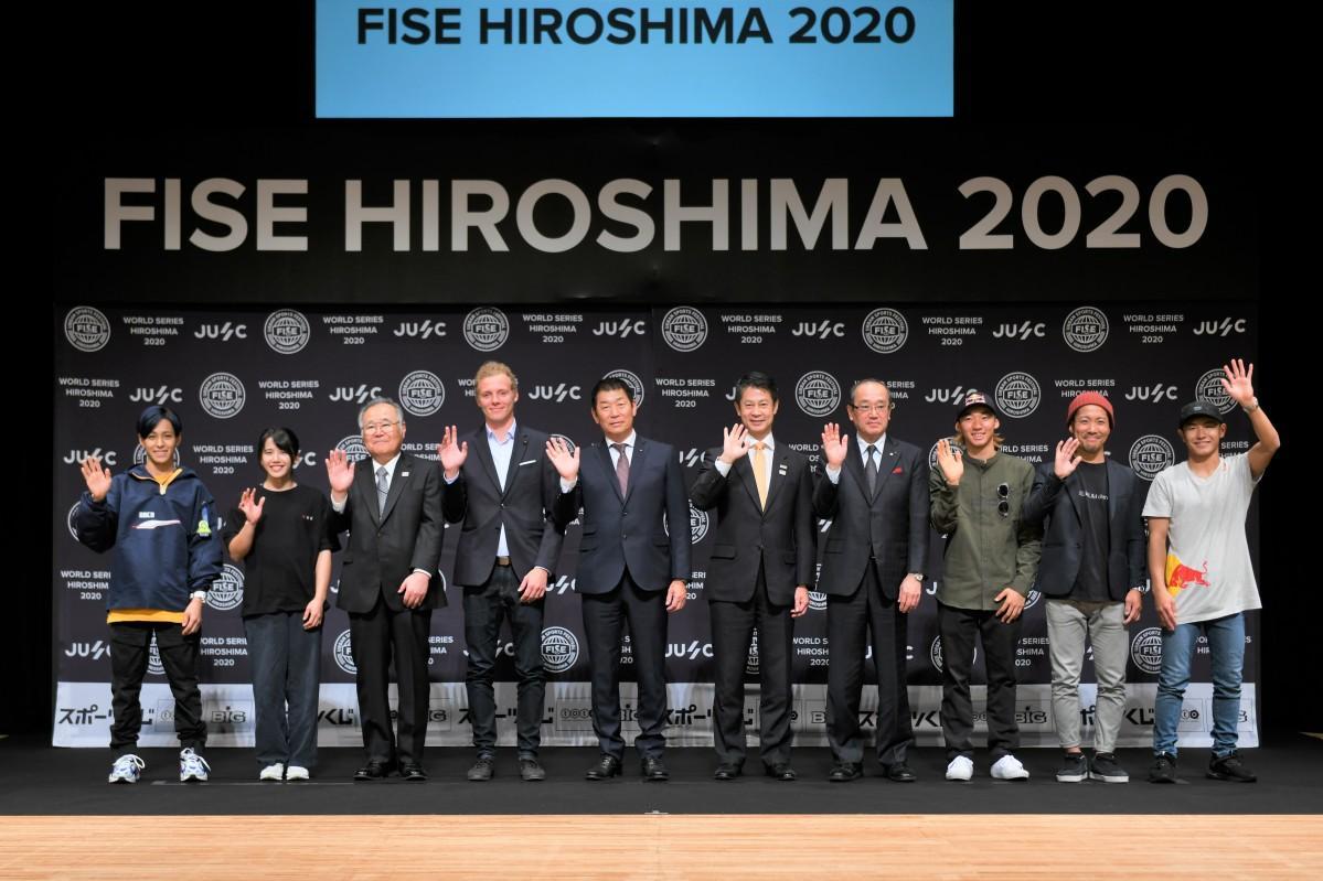 2019(令和元)年11月に広島市内で「FISE」開催を発表した記者会見に登場した選手や関係者ら10人。