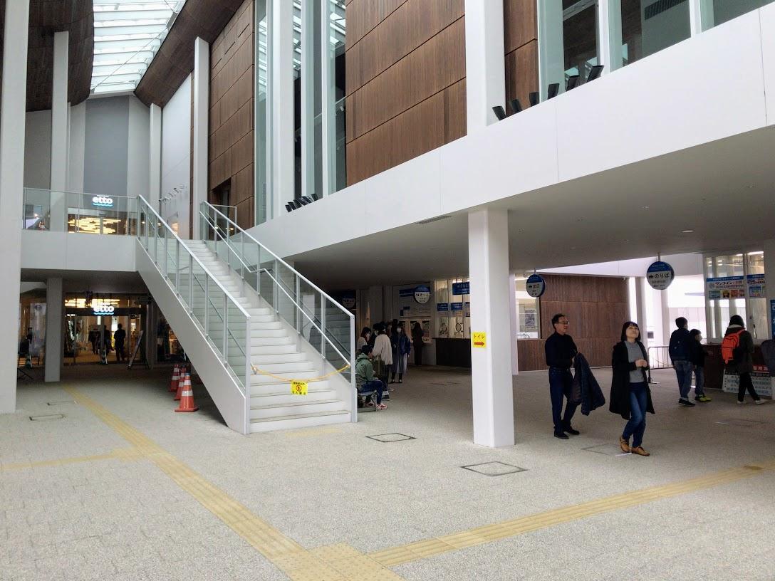 2月29日から供用開始した「宮島口旅客ターミナル」に隣接する商業施設「etto」(写真左奥)