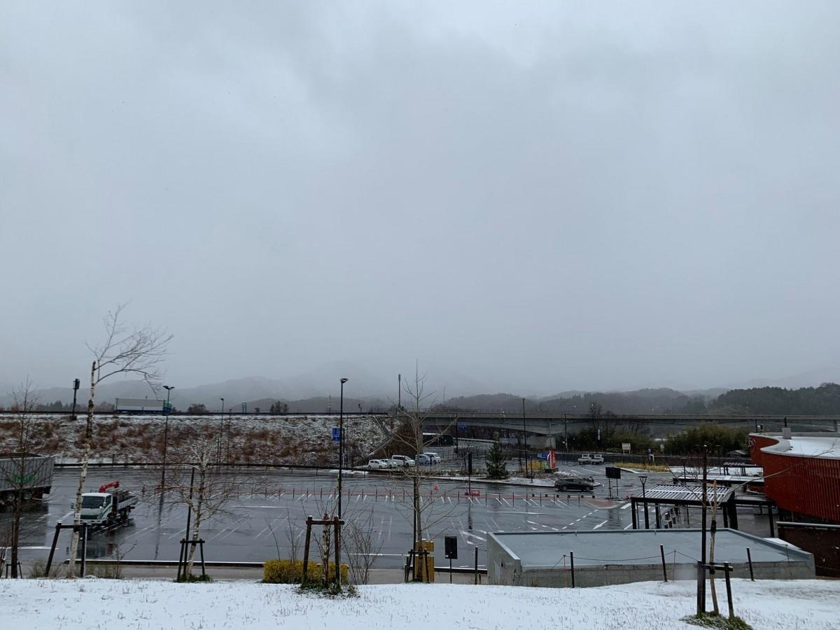 4月13日に雪が積もった高野町。町内でも15センチ積もったところがあるという。右端の施設が「道の駅たかの」
