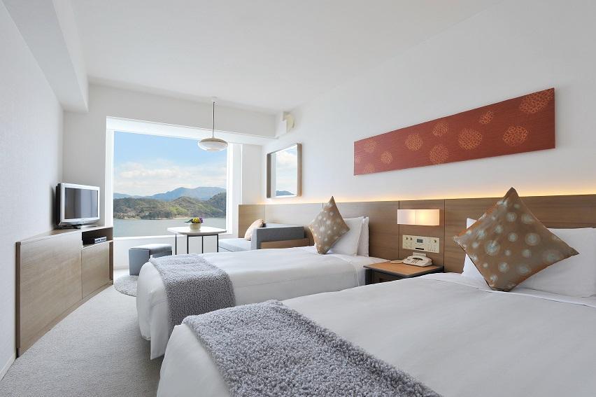 グランドプリンスホテル広島が「ショートステイプラン」で提供する客室。部屋からは瀬戸内海が見える。