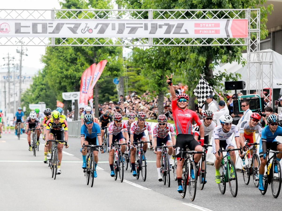 商工センターで開いた市街地自転車ロードレース「第1回広島クリテリウム」の様子。