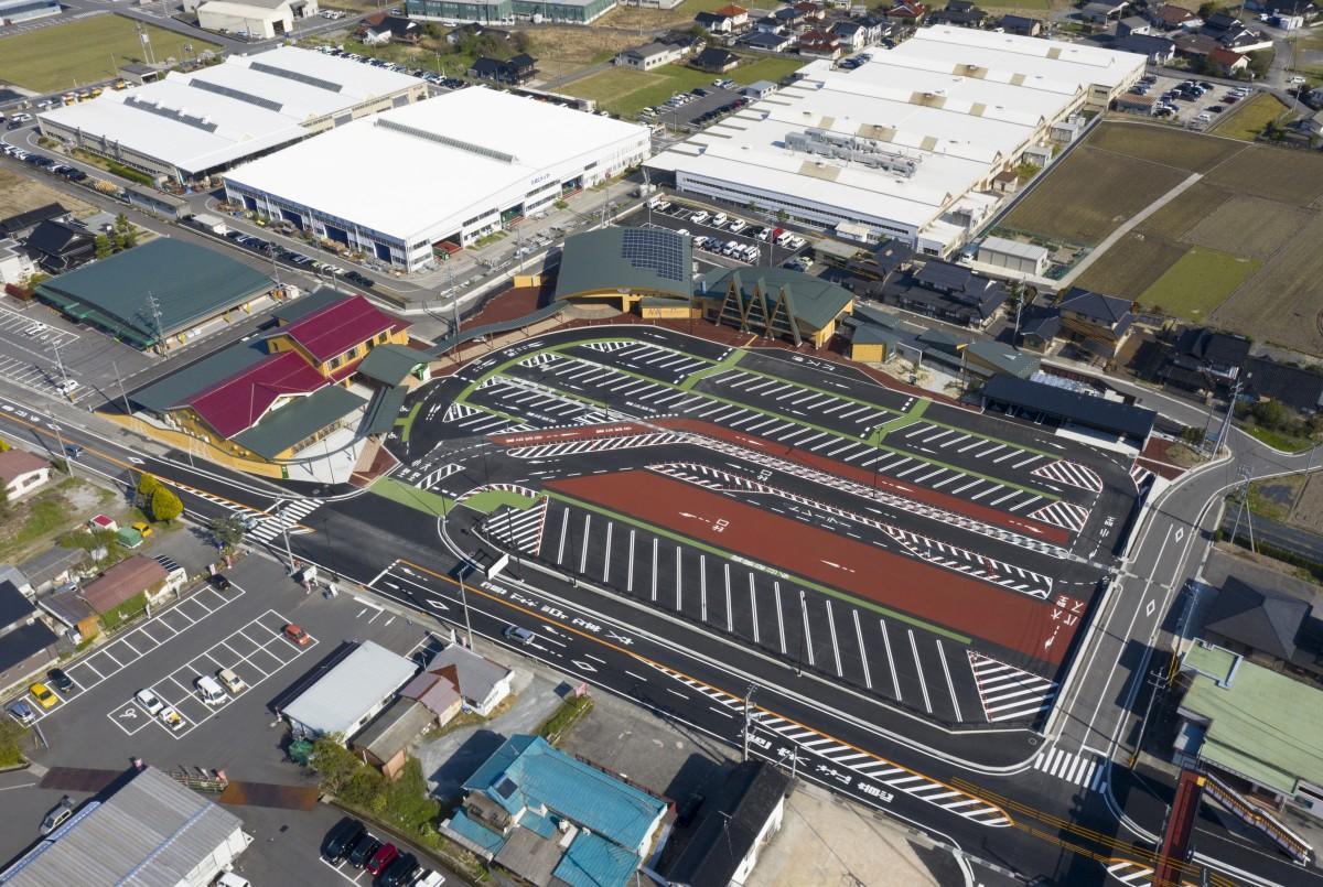 道の駅「三矢の里あきたかた」の空撮写真。駐車場84台は利用者に配慮したノーバック駐車場を整備した。