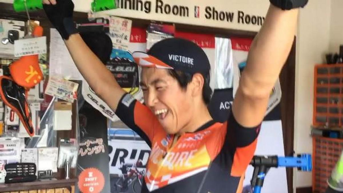 自転車ロードレース選手が参加した第1回オンラインレースで優勝し、ガッツポーズを見せるヴィクトワール広島の冨尾大地選手