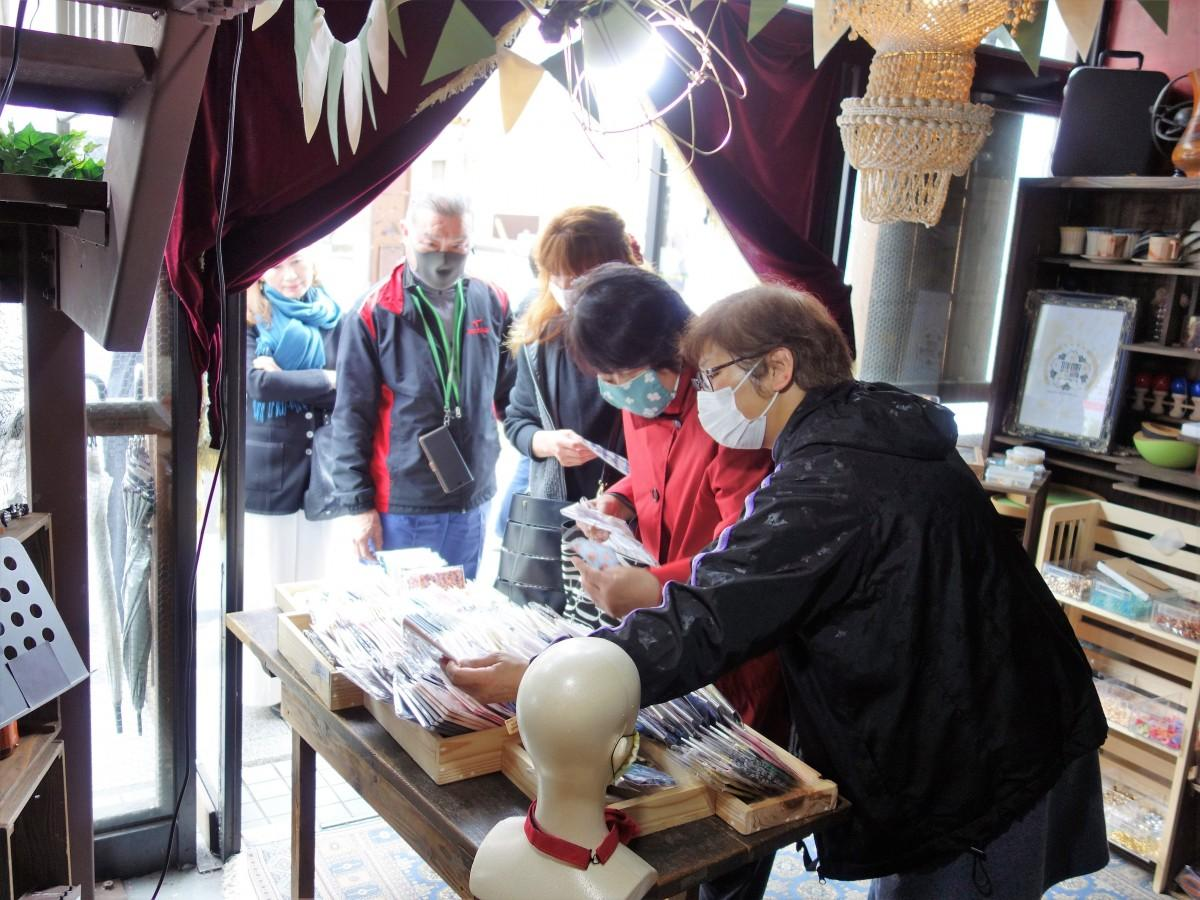 2020年上半期PVランキング1位に輝いた手作りマスクを販売していた飲食店「SNACK Candy HIROSHIMA(スナックキャンディヒロシマ)」(広島市中区十日市町)店内。写真は3月10日に記者が撮影した。