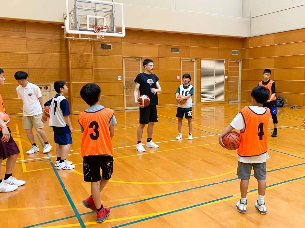 広島ドラゴンフライズが開いたバスケットボールスクール体験会の様子。