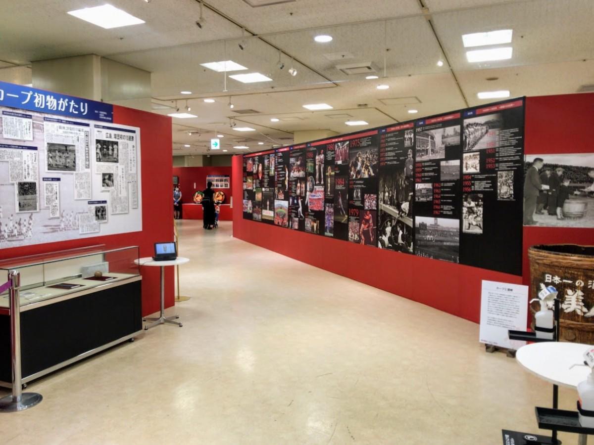 「われらのカープ70年展」の8階展示会場。入り口では手指消毒と検温を行う
