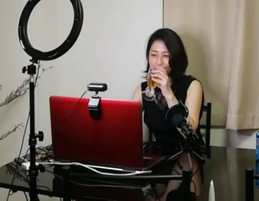 ビデオ会議システム「Zoom」を使ってオンラインスナックを行う「スナックリリーブ」のりこママ