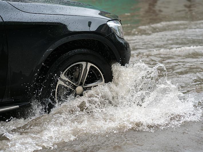 台風接近の予報を受け、ドライバーに強風や大雨時の運転は控えるよう呼び掛けている