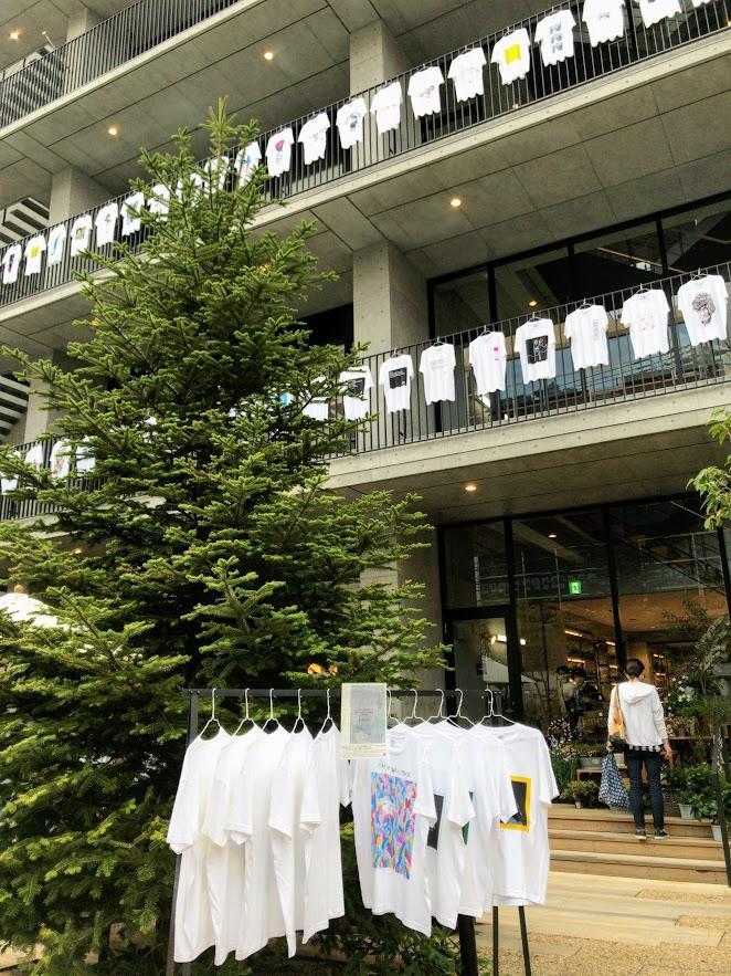 広島アンデルセンでは、屋外スペースを使って90枚のTシャツを展示する。