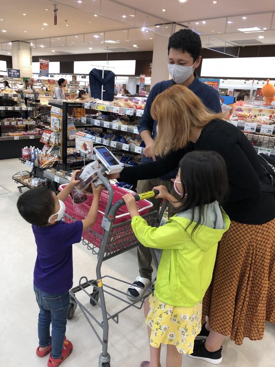 イオン広島祇園店で「レジゴー」を利用する買い物客。導入初日から多くの客が利用したという。