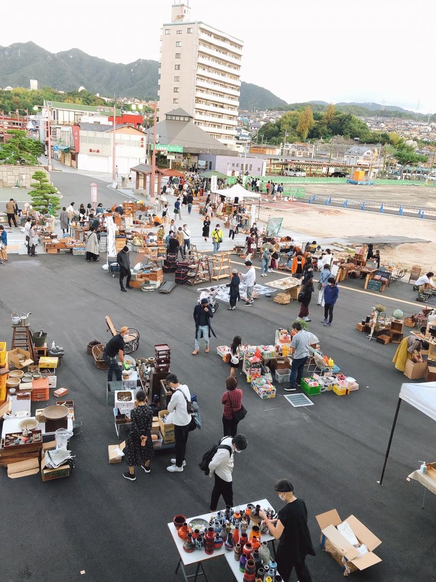 今年9月に宮島口旅客ターミナル周辺で開いたイベント「アンティーク市&LIVE」の様子