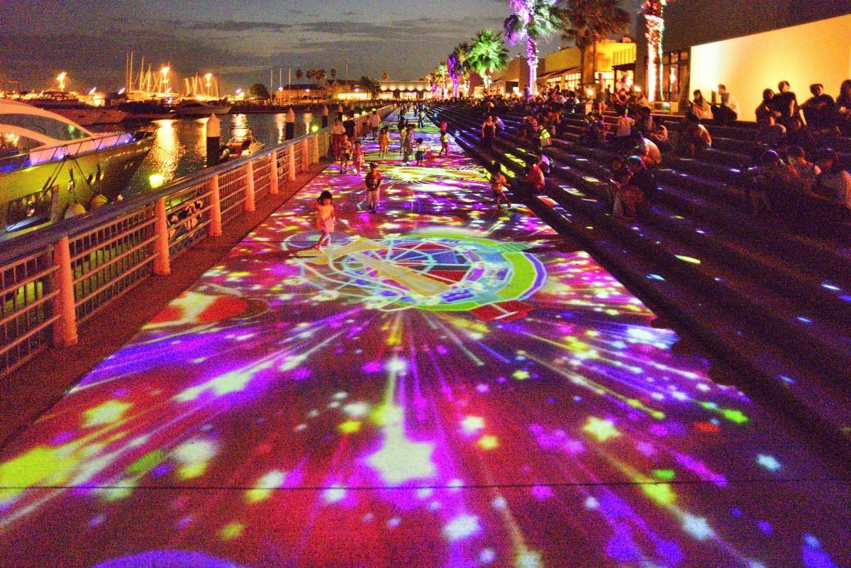 広島マリーナホップのマリーナ側の遊歩道で投影する花火のプロジェクションマッピングイメージ画像
