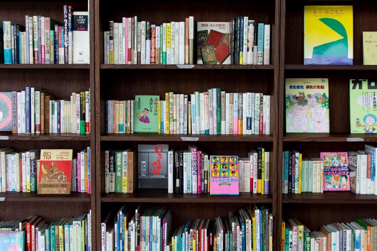 尾道を舞台に「本とまち」を楽しむブックイベント「小さな『本とおのみち』展」を開く、JR尾道駅舎2階のブックラウンジ