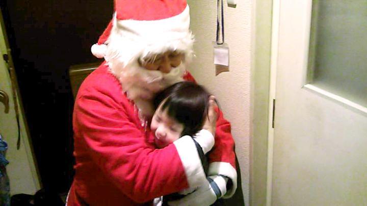 ボランティアのサンタクロースがクリスマスイブに本を届ける「ブックサンタ」。写真の一部を修正しています。