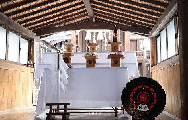 神社の朱色を配した「合格マンホール」。二重丸をイメージしてデザインした。神社での観覧は自由。現在の展示場所は異なる
