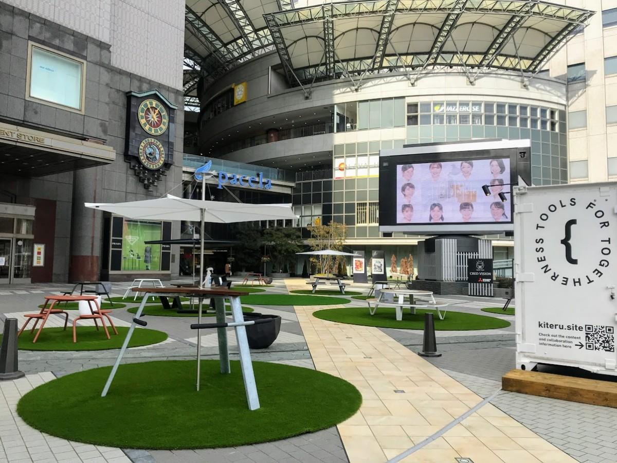 鯉城通りに面した「ふれあい広場」。4K対応の265型街頭ビジョンも併設する