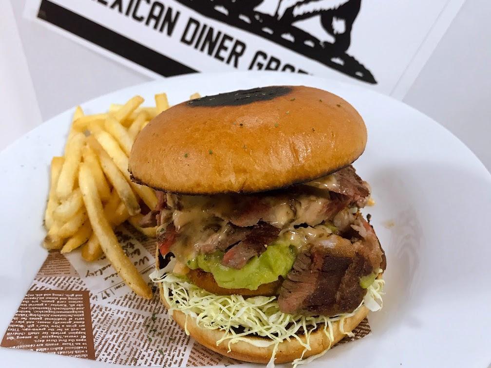 広島の飲食店「グラフィティ」は、ステーキ200グラムを使い、オニオンリング、サウザンアイランドを挟んだ「メガステーキサンドウィッチ」(1,980円)を催事限定で販売する