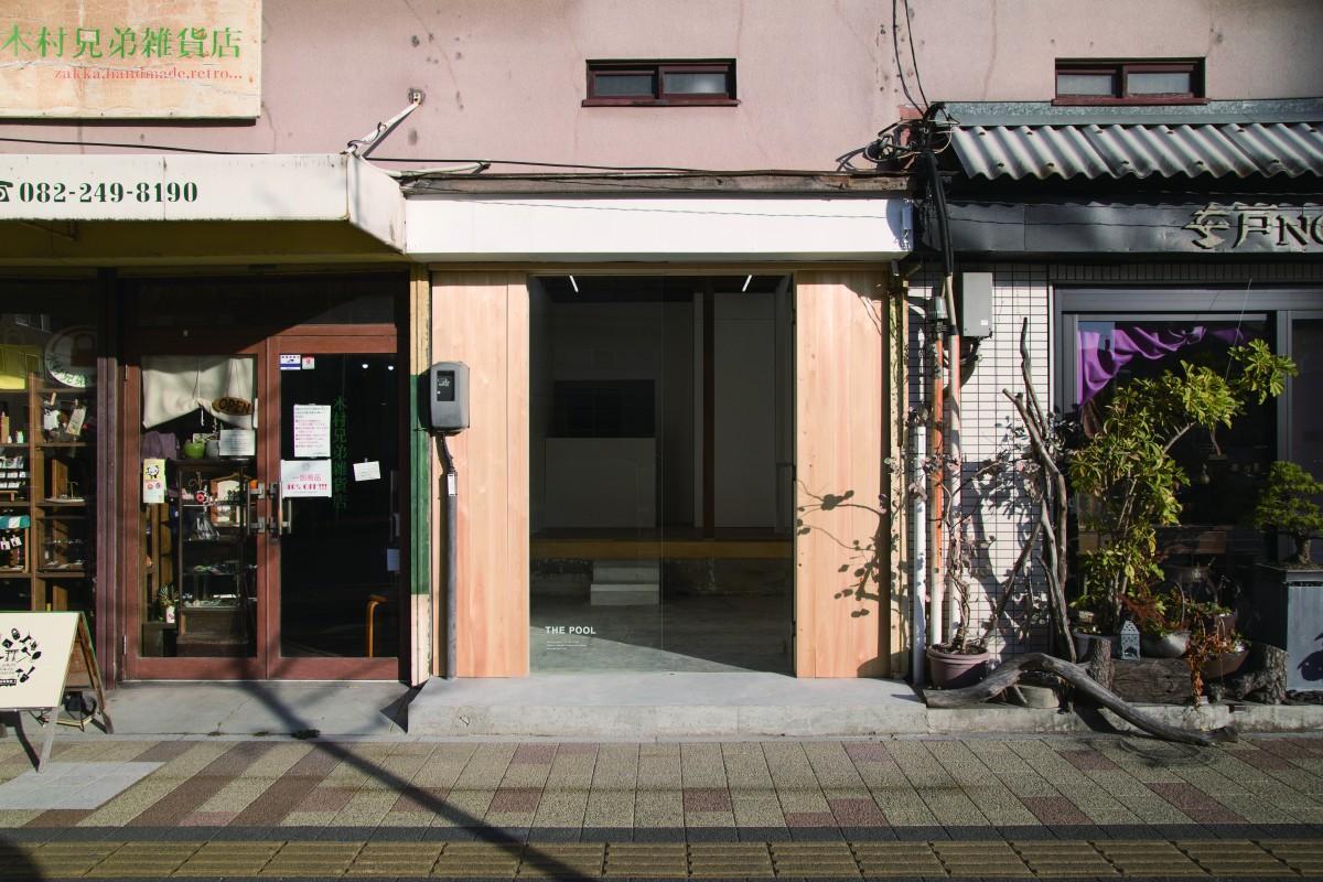 築60 年の木造アパートを改修したアートスペース「THE POOL(ザ・プール)」外観。木村兄弟雑貨店の隣にオープンした