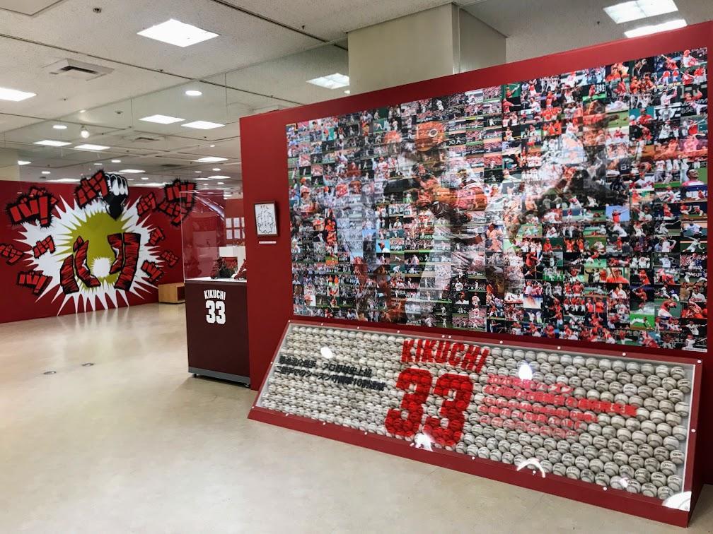 434枚の写真と434個のボールで表現した菊池内野手の記念パネル。新井貴浩さんから菊池内野手に贈られた直筆メッセージも添える
