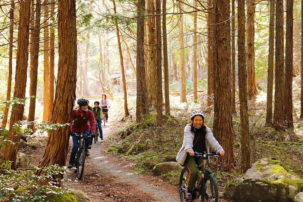 北広島町大朝をE-BIKEで走るガイド付きサイクリングツアーの様子
