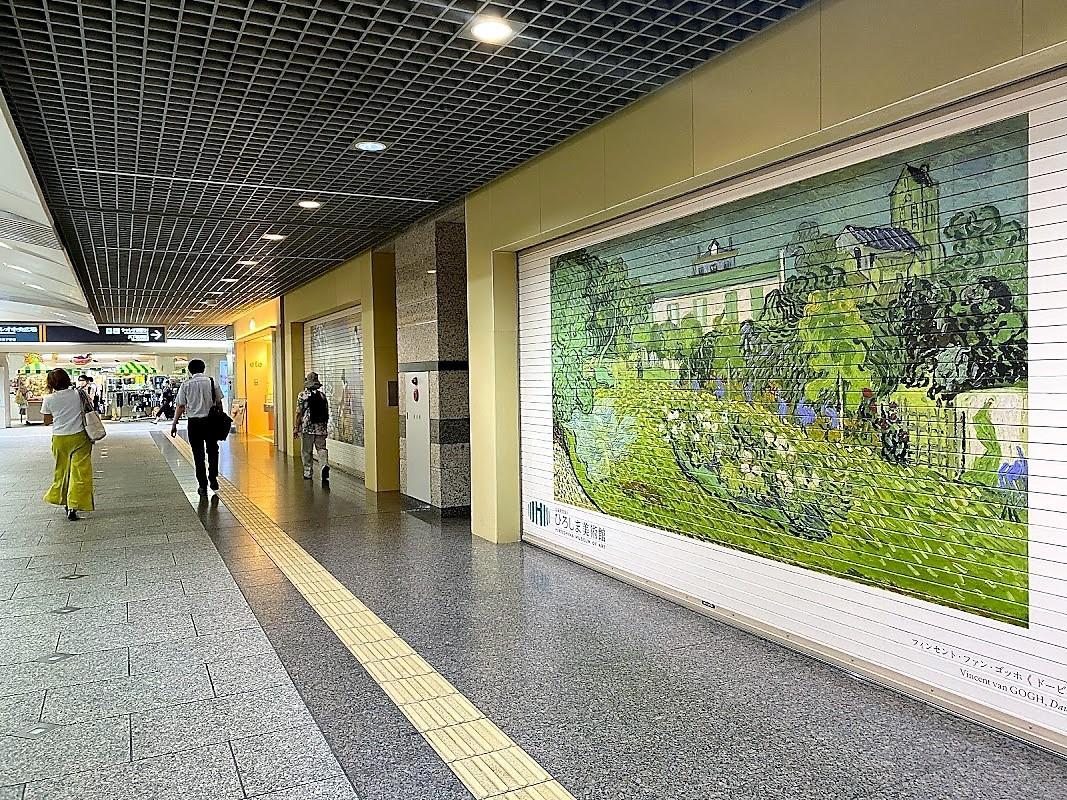広島県内の美術館が連携してアート作品14点を「紙屋町シャレオ」南通りのシャッターにプリントした「シャッターアート・ミュージアム」